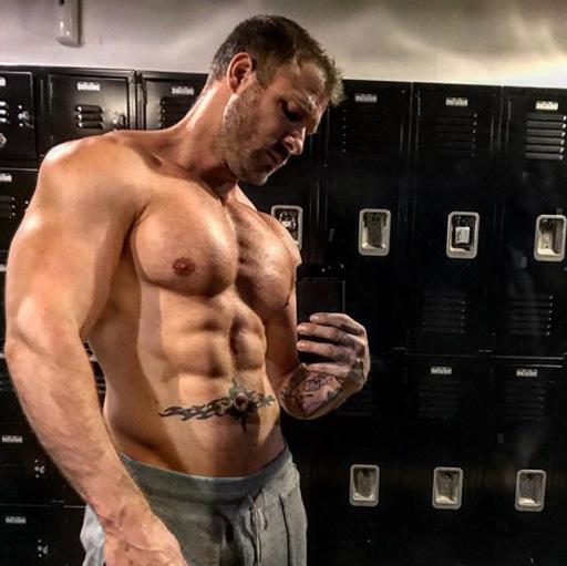 Austin Wolff shirtless selfie gym pic