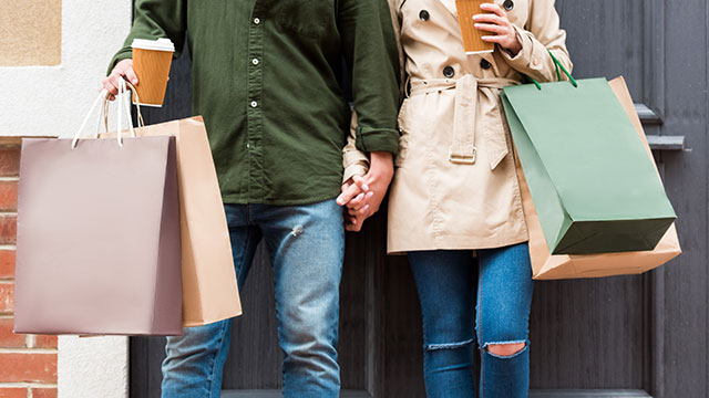 Image of a couple with shopping bags (via Depositphotos)