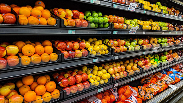 Fresh fruits and vegetables in a grocery store (image via Unsplash/Gemma)