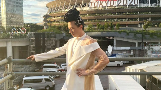 Johnny Weir previews his ensemble for the closing ceremonies of the Tokyo Olympic Games